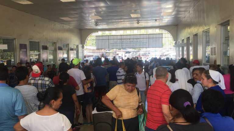 Caos: Cientos de hondureños y extranjeros varados en El Amatillo