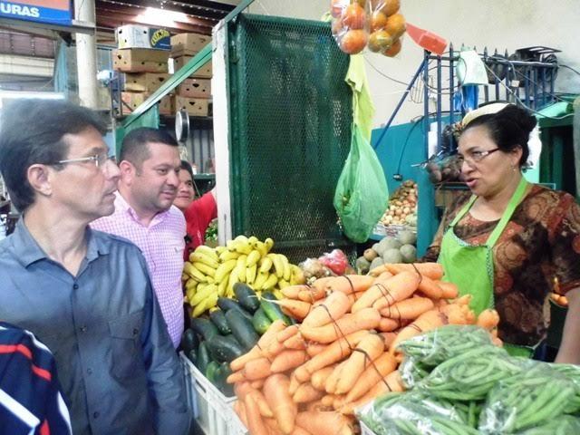 """""""Kike"""" Ortéz  y locatarios del mercado Juan Pablo, tratan sobre canasta básica e impuestos"""