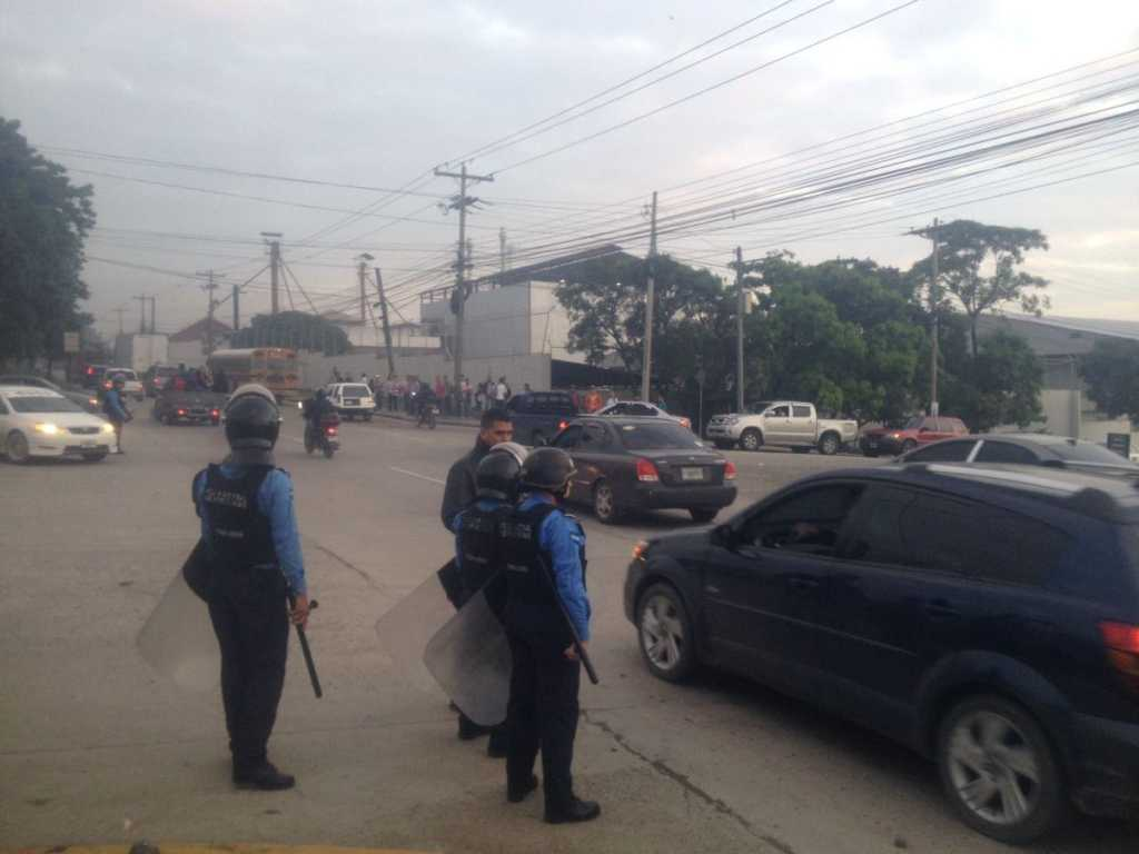 Nueva jornada de protestas de empleados del transporte. Un grupo de motoristas bajaban a pasajeros de las unidades en Bulevar del Sur en #SPS