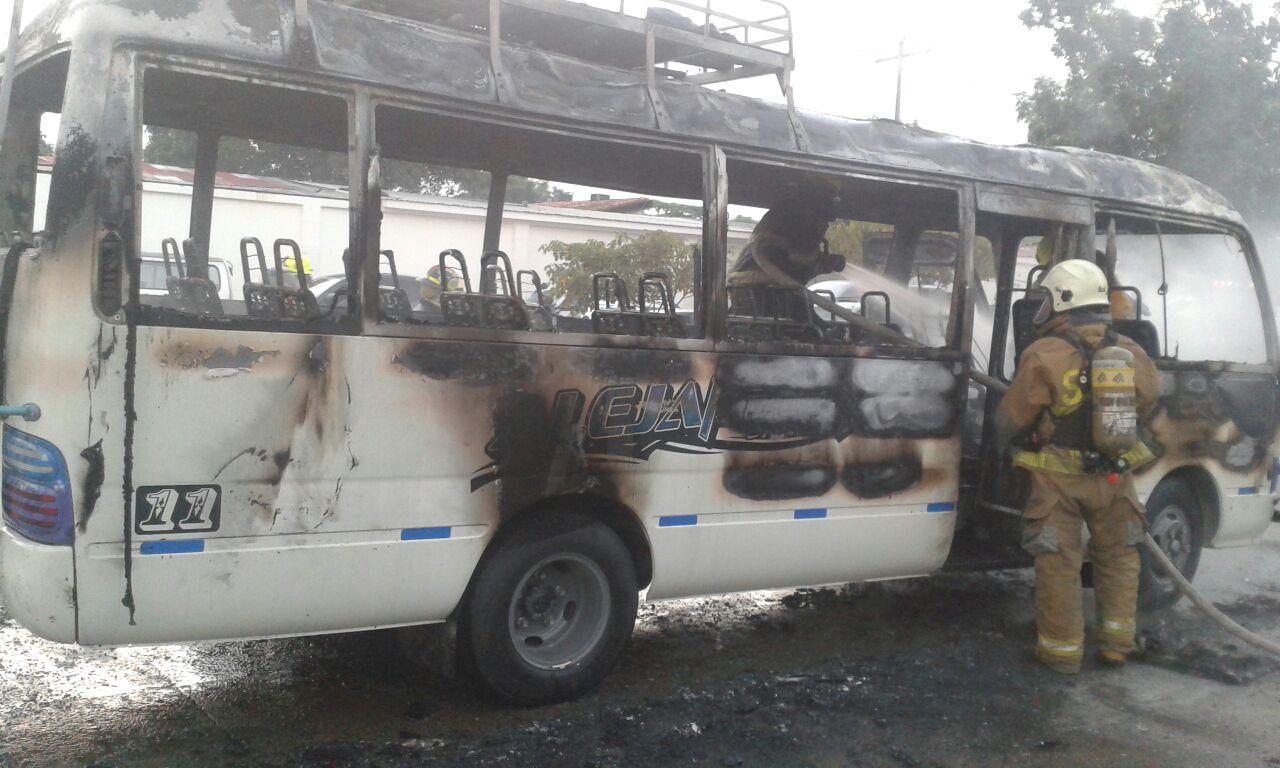 La quema del bus sucedió en la 20 calle frente a Aguas de San Pedro.