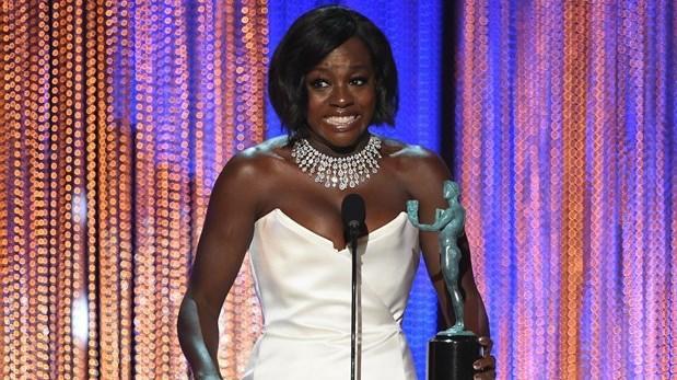 """SAG Awards. Viola Davis, al momento de recibir el premio a Mejor actriz de reparto en cine por """"Fences""""."""