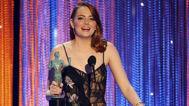 """"""".SAG Awards. Emma Stone, al recibir el premio de Mejor actriz por """"La La Land""""."""