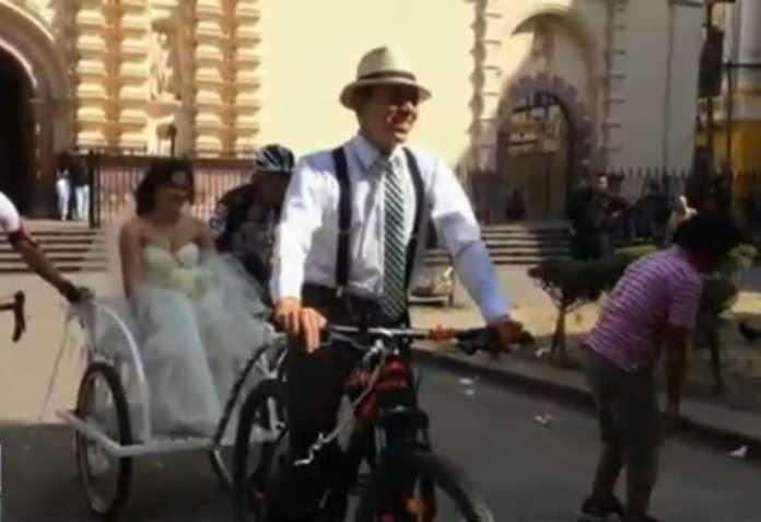 Novios se pasean en bicicleta