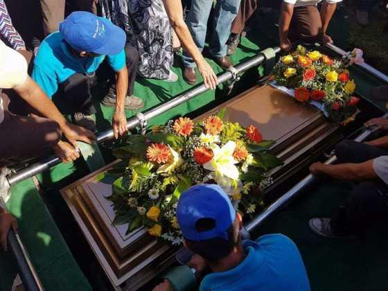 Entre rosas fue sepultado el periodista sampedrano.