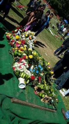 Finalmente, su ataúd se llenó de las flores de todos los presentes.