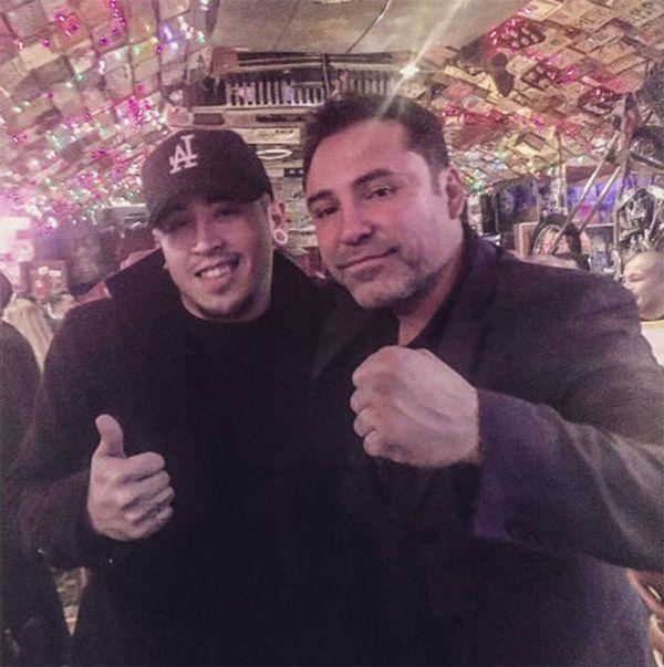Oscar de La Hoya posó con un aficionado antes de ser arrestado