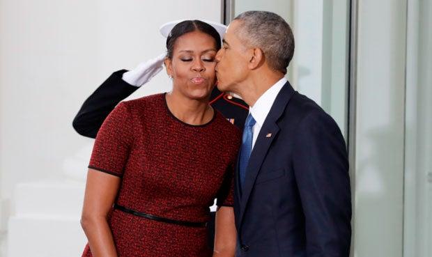 Entre besos, Barack y Michelle Obama dicen adiós a la Casa Blanca.
