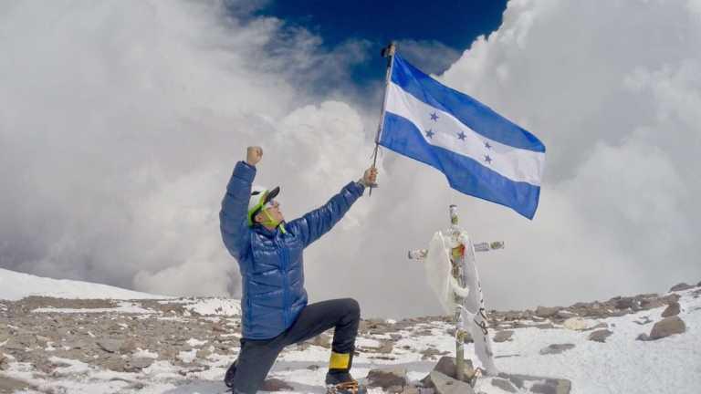 Hondureños llevan nuestra bandera al pico más alto de América