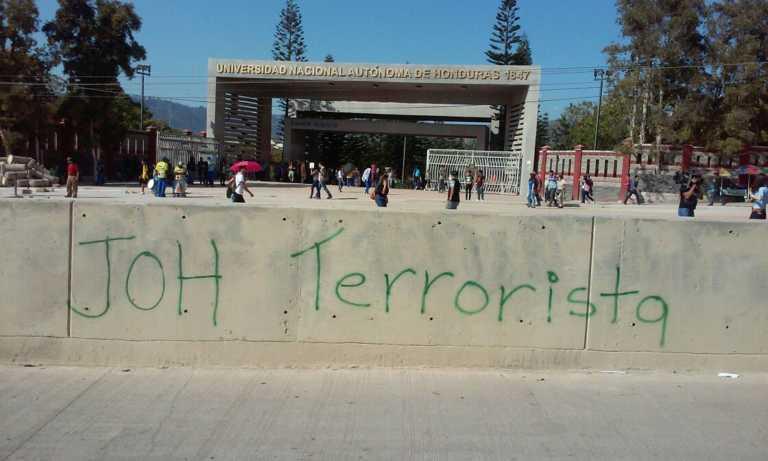 Universitarios en las afueras de la UNAH contra penalización de las protestas