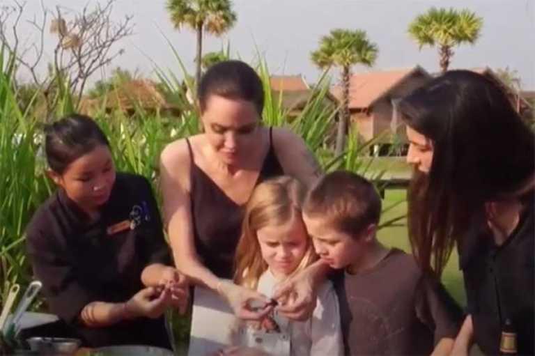 ¡Mira a Angelina Jolie comer arañas y escorpiones!