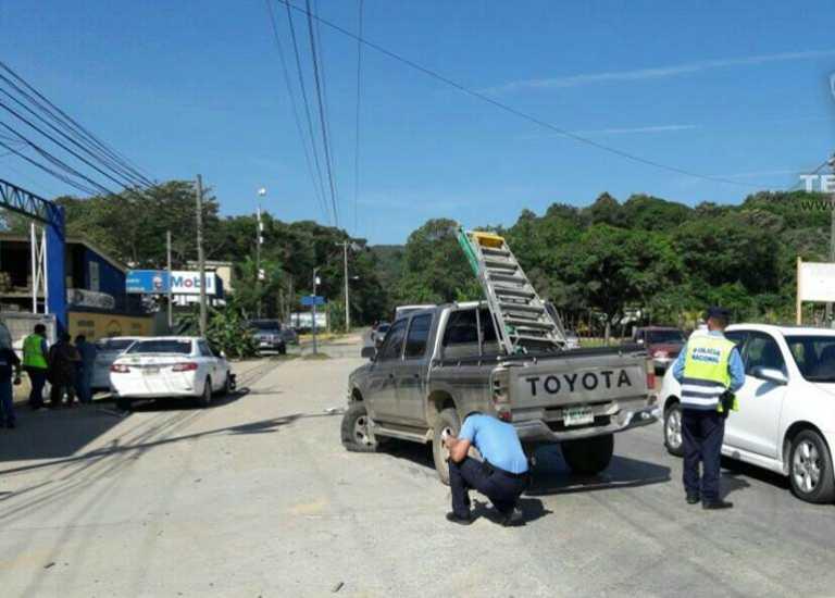 Dos vehículos impactan automóvil de exhibición en Roatán