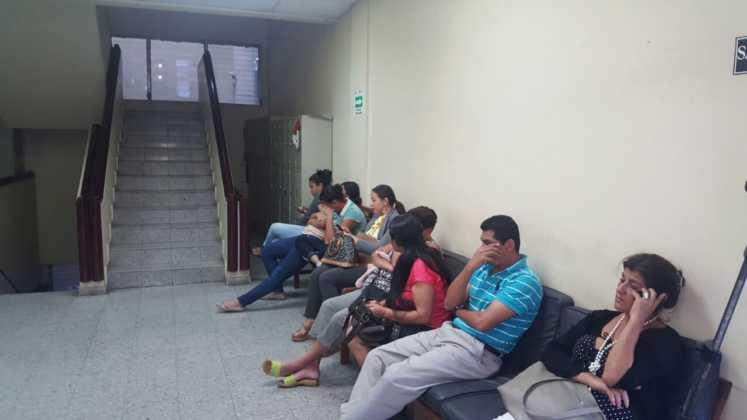 Familiares y amigos de Kevin Solórzano en espera de los resultados.