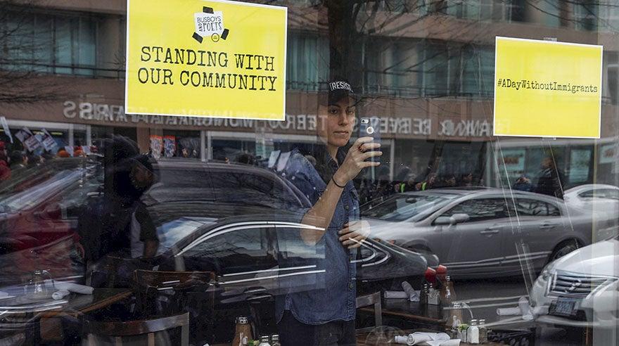 Asimismo, las personas tomaban fotos de los restaurantes cerrados.