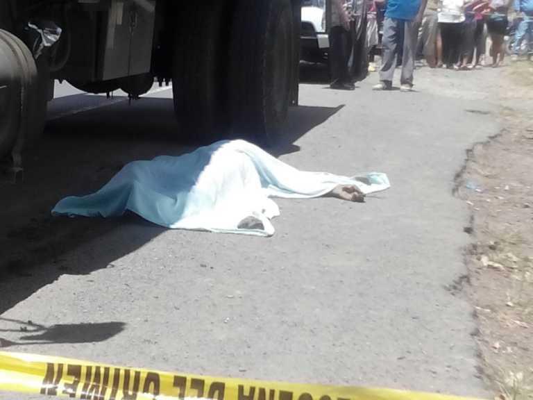 Camión que labora en reparación de carretera arrolla a joven en el sur