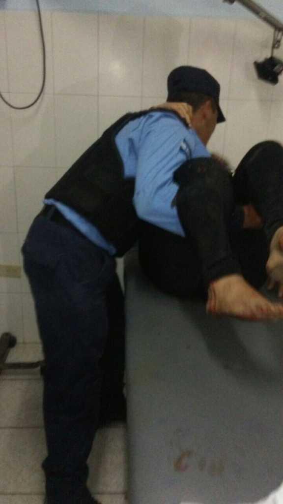 Los policías también ayudaron a trasladar a los heridos