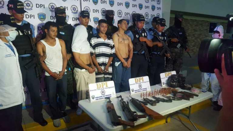 Tras enfrentamiento, detienen a supuestos miembros de la 18 con armas