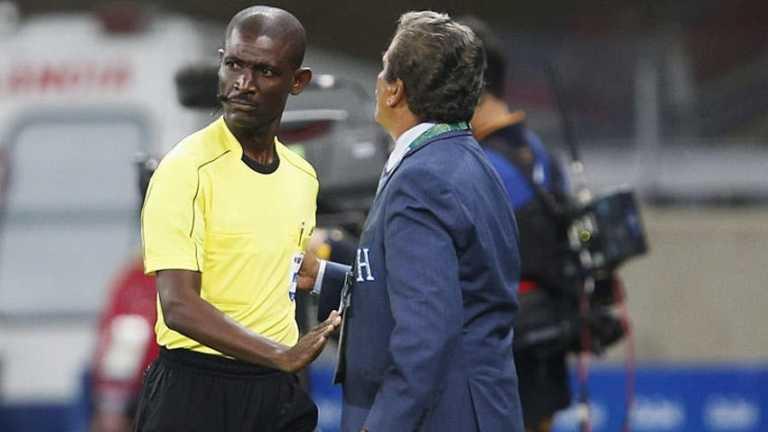 La FIFA suspende a Joseph Lamptey por manipular un Sudáfrica-Senegal