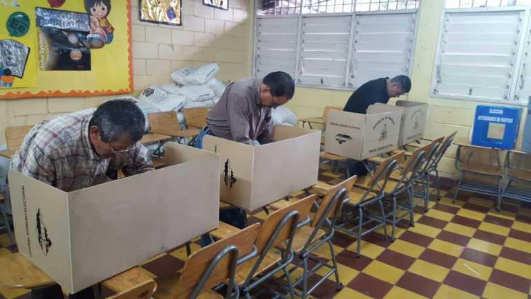 Hondureños acuden a votar pese a algunos atrasos en centros de votación