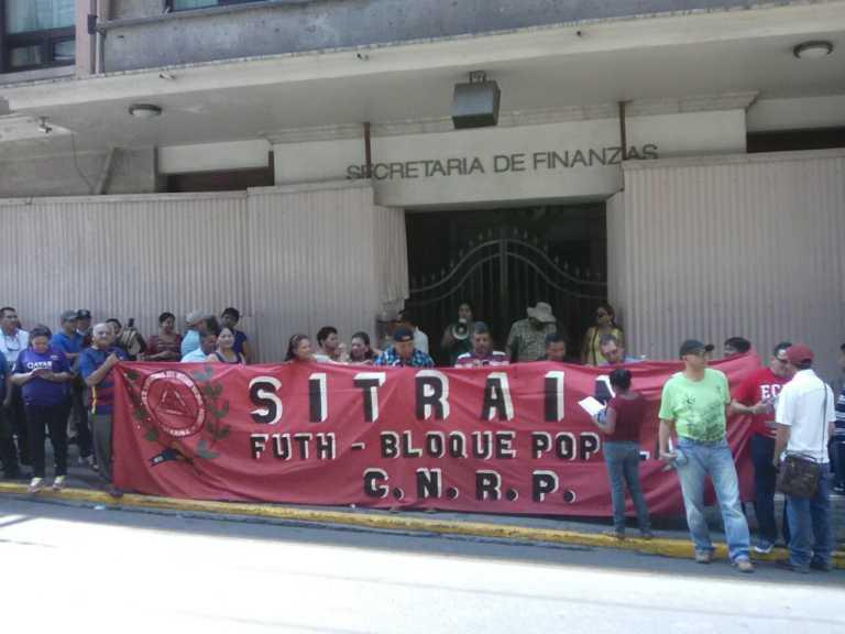 Empleados del INA salen a las calles exigiendo pago de salarios atrazados