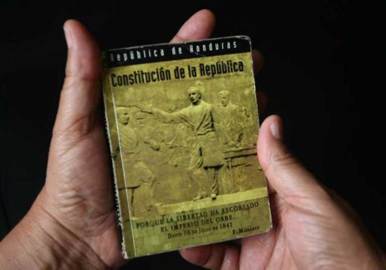 Analistas y académicos opinan : Urge una nueva Constitución de la República