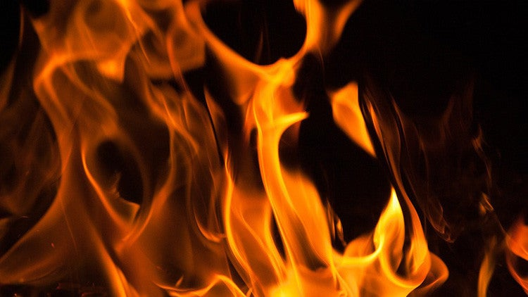 Hombre quema viva a su hija de tres años por ser «demasiado bella»