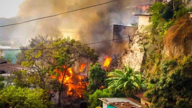 Voraz incendio consume varias casas en Colonia Rodríguez