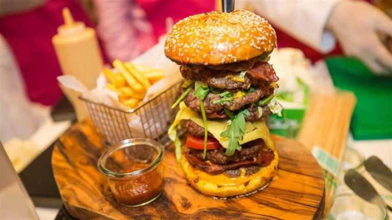 En subasta, esta hamburguesa se vendió en $10,000