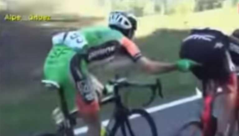  VIDEO  El ciclista que se creía urólogo: Lo que le hizo a su rival en plena carrera