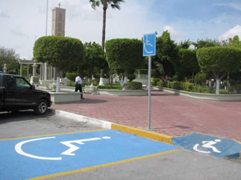 Honduras: Constante irrespeto en estacionamientos para personas con discapacidad