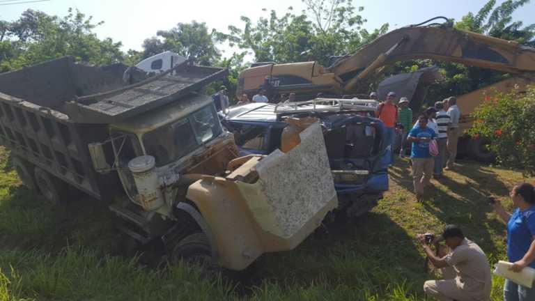 Varios heridos deja accidente entre volqueta y busito en Roatán