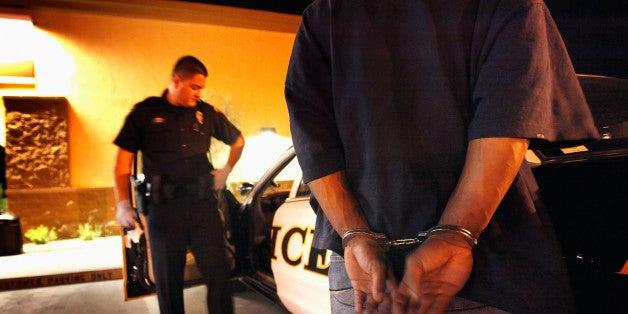 Si abres la puerta de tu casa, te pedirán tu documentación y al no entregarlos, irás detenido.