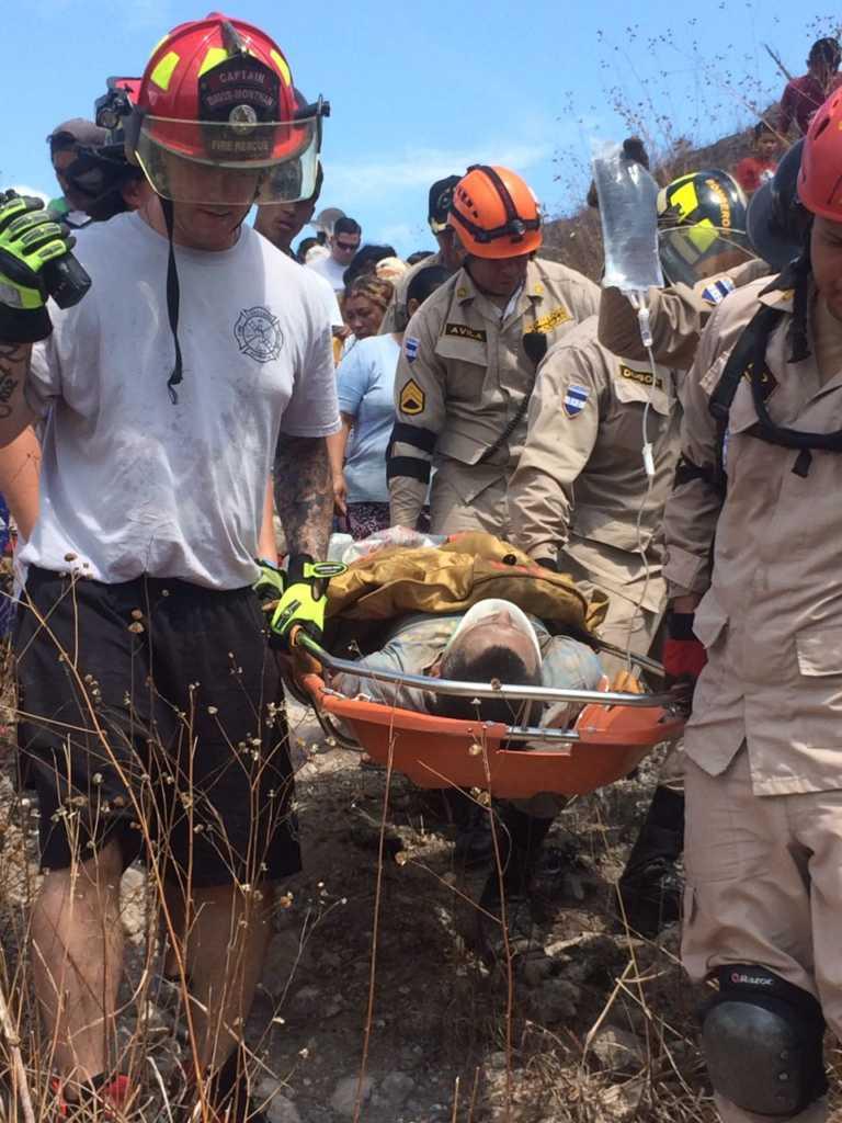 Comayagua: Bomberos rescatan a persona soterrada