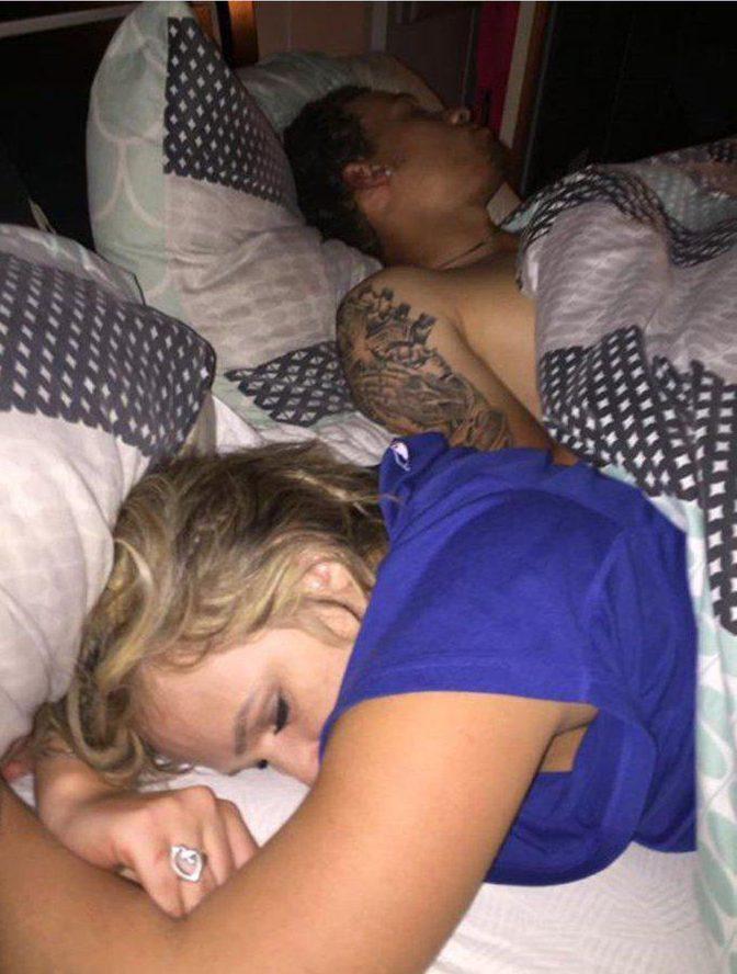 Encuentra a su novia en la cama con otro y su reacción se hace viral