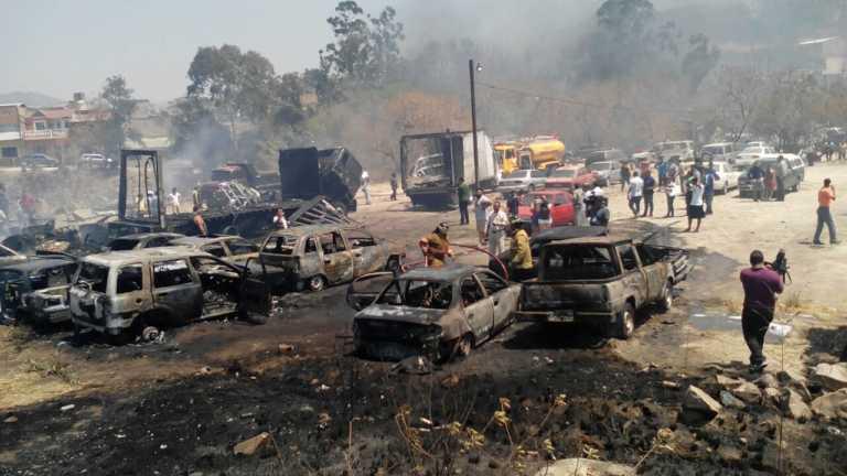 Explotan varios autos por enorme incendio de zacatera en Colonia Altos de La Peña