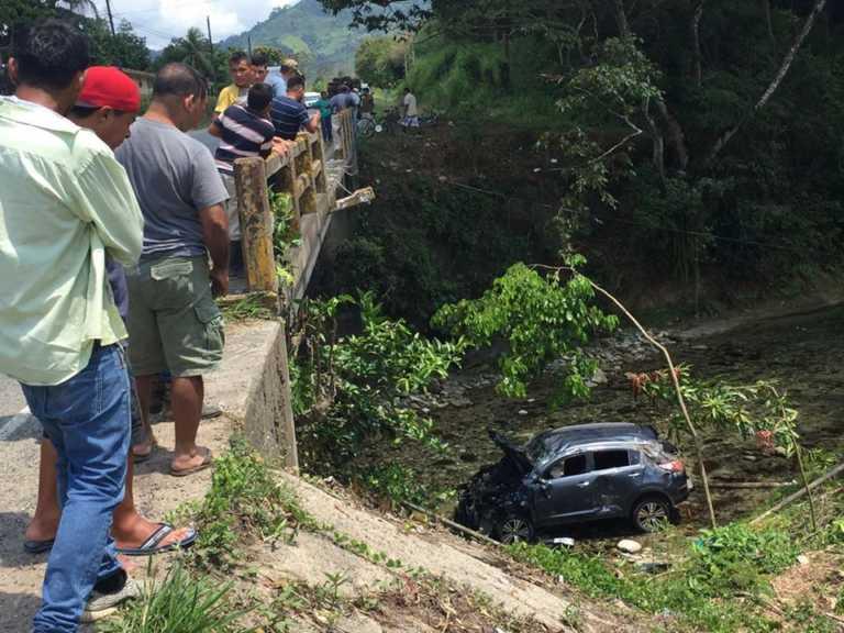 Vehículo y sus pasajeros caen en río de Atlántida