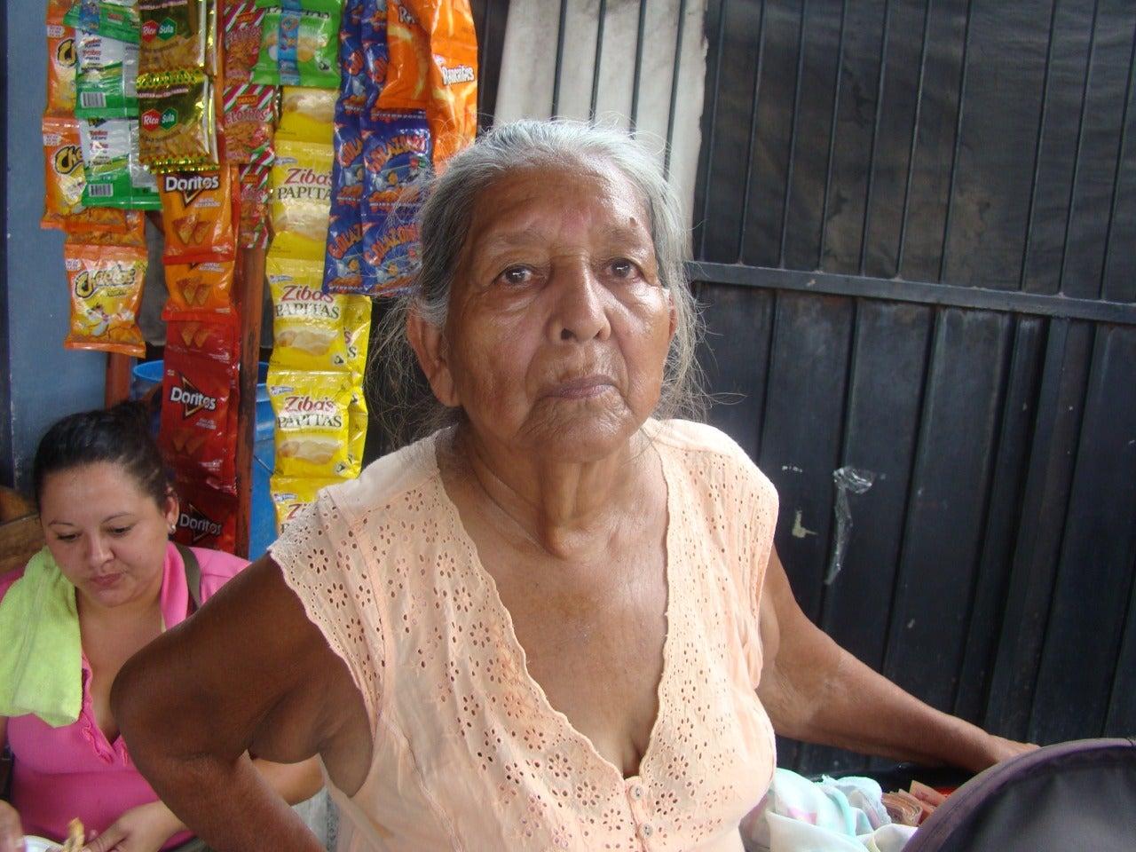 Doña Trinidad mientras recuerda los primeros momentos con su hija