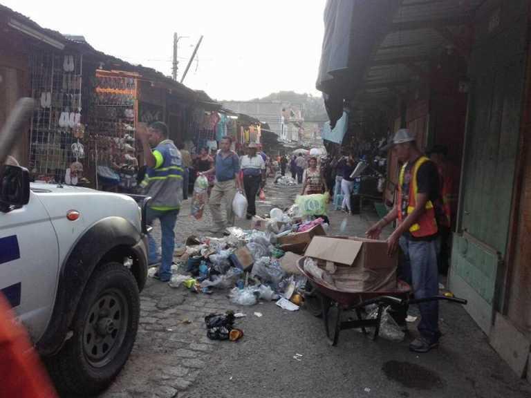 Levantan toneladas de basura de los mercados para prevenir inundaciones