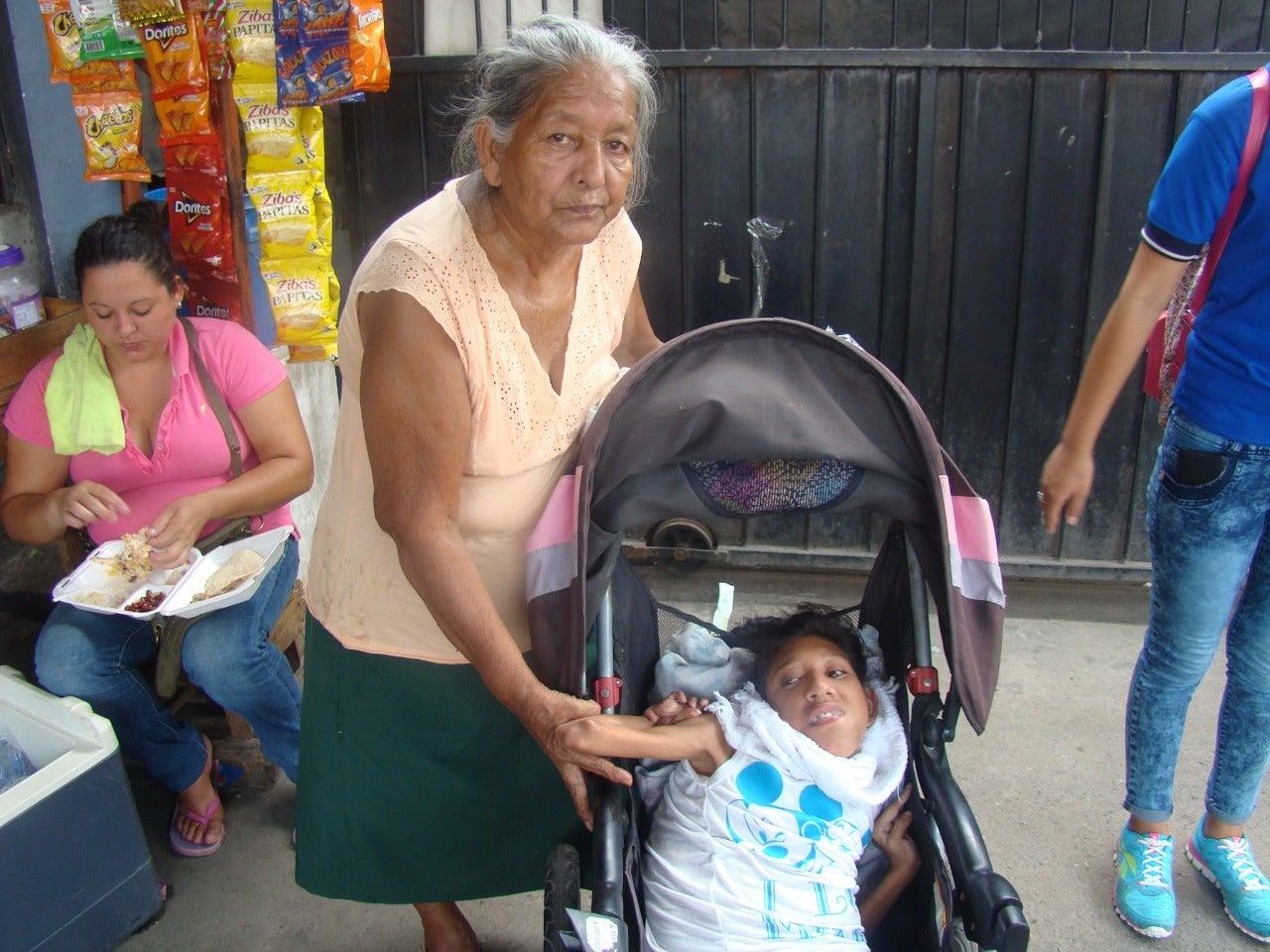 Doña Trinidad junto a su bella hija en la zona norte de Honduras