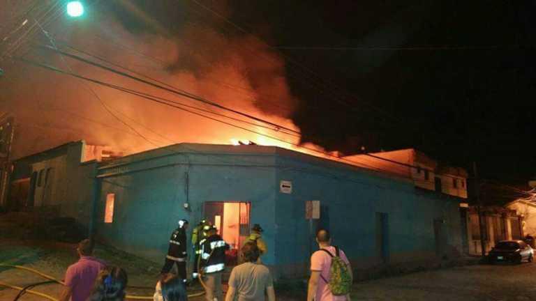 Incendio consume una tienda de ropa en Santa Rosa de Copán
