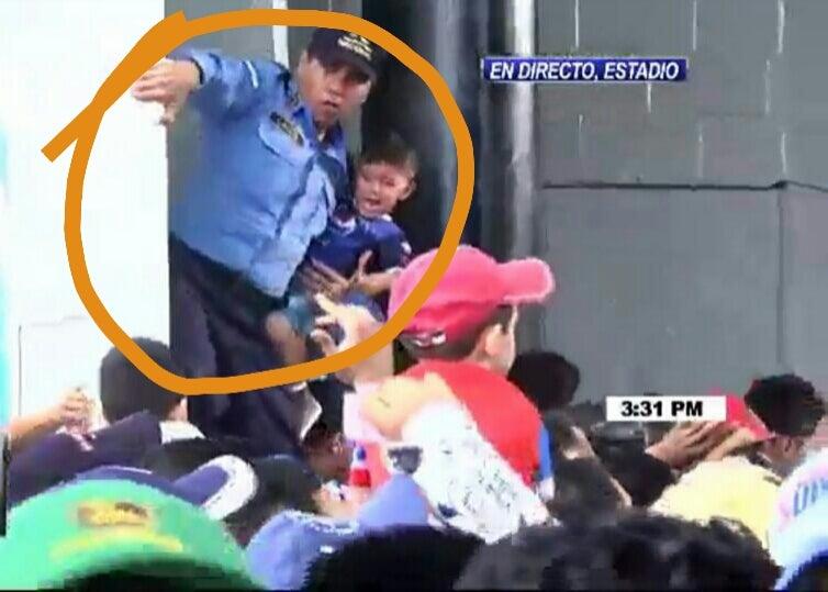 """Policía """"héroe"""" salva a niño de la """"avalancha"""" de personas en el Estadio Nacional"""