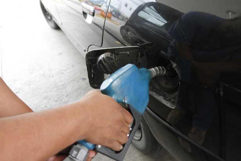 Luego de cuatro trancazos consecutivos, bajan gasolinas