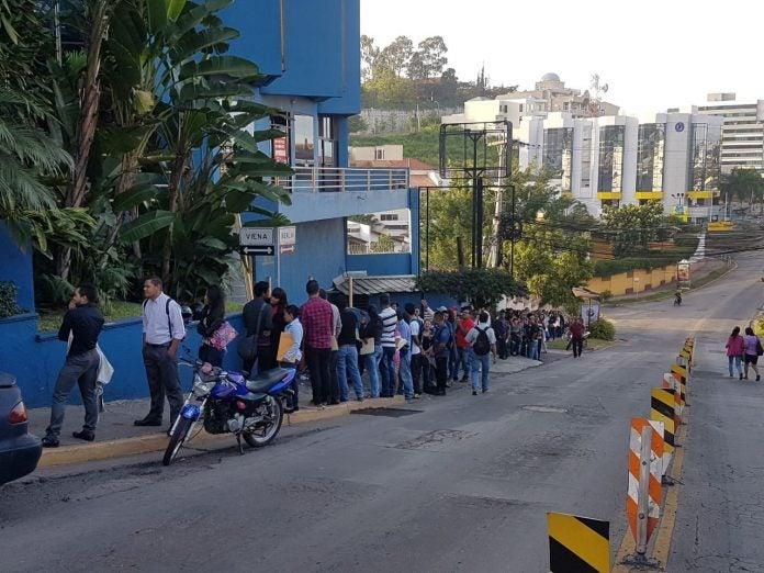 """Hasta los """"queques"""" amaneció la Secretaría de Trabajo ante la feria de empleo"""