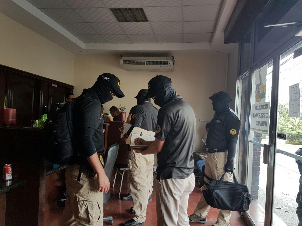 Miembros de la ATIC supervisando documentos municipales.