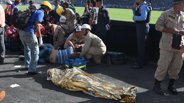 El incidente tuvo lugar cerca de media hora antes del partido de vuelta de la final entre Motagua y Honduras de El Progreso, cuando cientos de aficionados han intentado presionar para acelerar la entrada y poder acceder a las instalaciones.