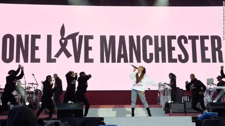Video: Policías bailando con niños en concierto benéfico de Ariana Grande