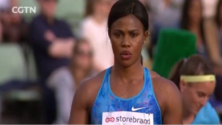VIDEO. Una atleta nigeriana pierde su peluca durante un salto