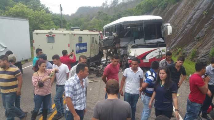 fuerte colisión entre un vehículo blindado y un autobús