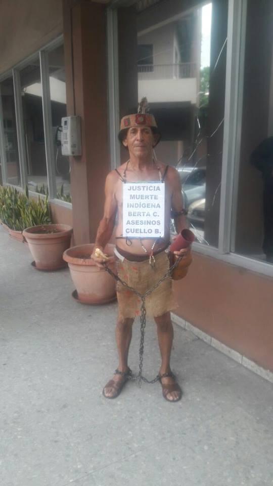 Vestido de indígena, llegó al MP para exigir resultados en caso de Berta Cáceres