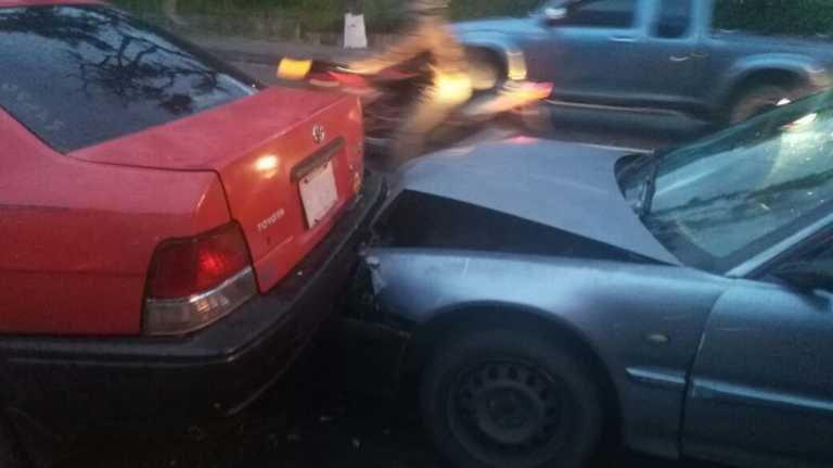 Unos tres menores de edad se salvan de milagro en colisión de siete vehículos en la capital