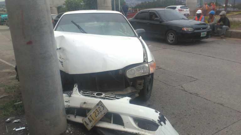 Taxista sufre infarto y se estrella en un poste en Tegucigalpa